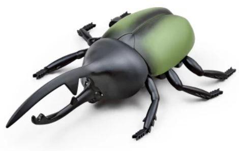 RC model rychle se pohybujícího brouka chrobáka na infračervené dálkové ovládání, jemuž strašidelně blikají oči v různých barvách.